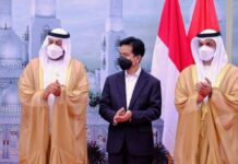 Gibran meletakkan batu pertama pembangunan masjid hadiah UEA untuk Indonesia, 7/3/2021.