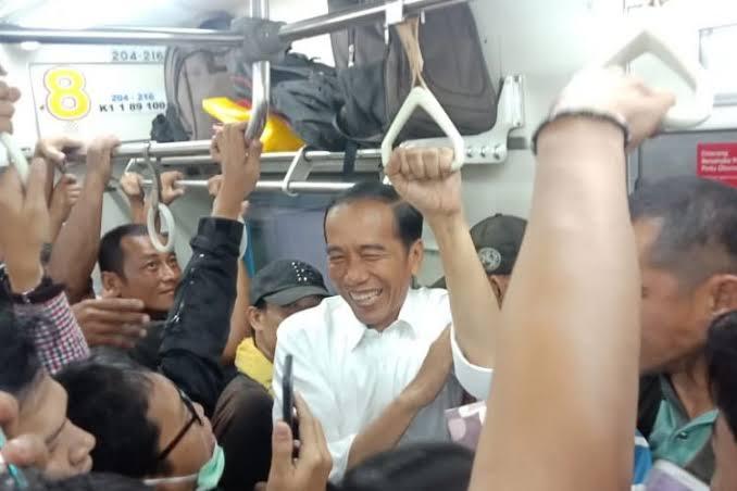Jokowi naik Commuter Line ke Bogor.